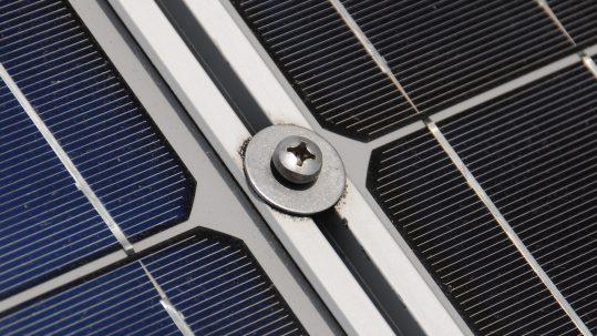 Los paneles solares son una de las herramientas clave a la hora de generar electricidad a partir de la energía solar. El auge de las energías renovables de los últimos años ha propiciado que los paneles solares se hayan convertido en un elemento conocido por todo el mundo, y sin duda, por sus características, en uno de los instrumentos de generación energética más populares y versátiles que existen.